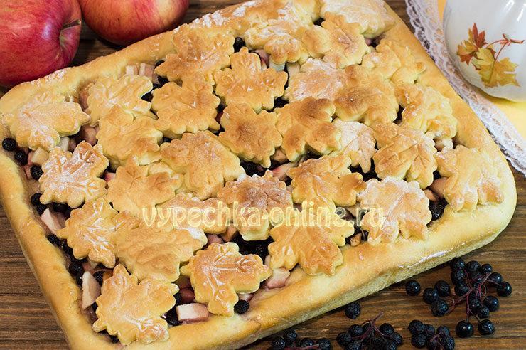 Пирог с черноплодной рябиной и яблоками рецепт